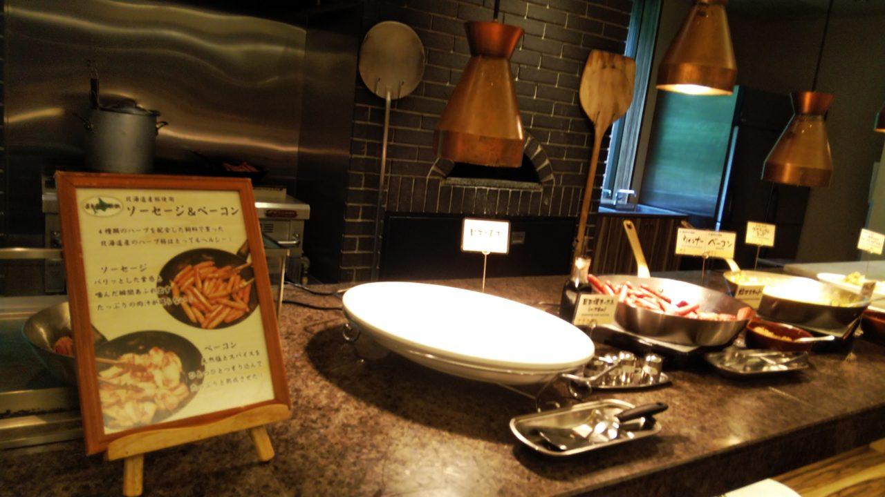 グリルコーナーの看板とお皿