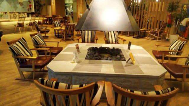 ラウンジのテーブルと椅子