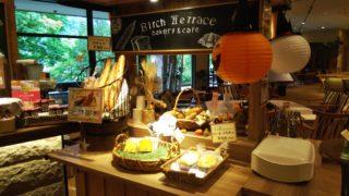 黒板とハロウィン飾りと数種のパン