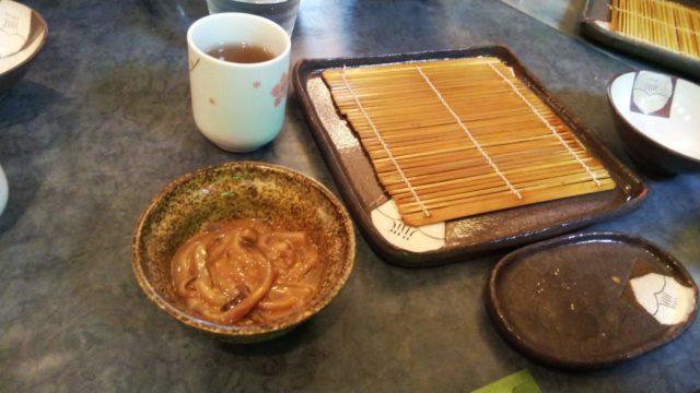 お茶とお皿とイカの塩辛