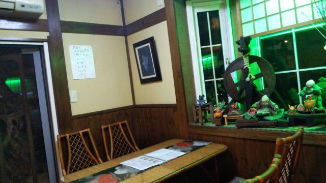 奥のテーブル席と店内の飾り