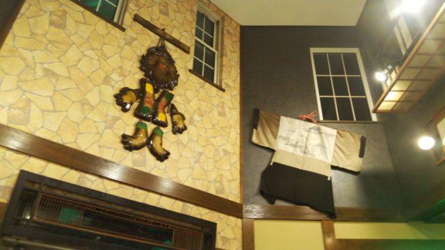 壁に飾られた衣装と壁掛け人形