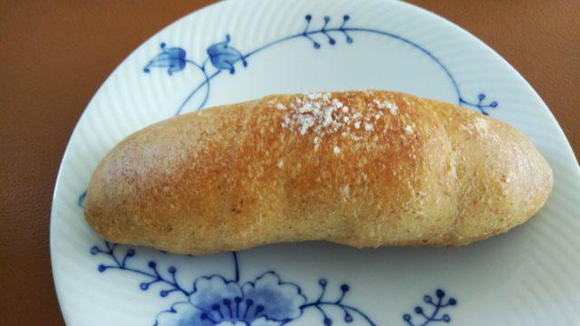 皿にのせた塩パン