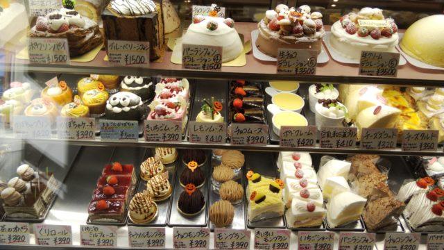 ショーケース左側のケーキ数種類
