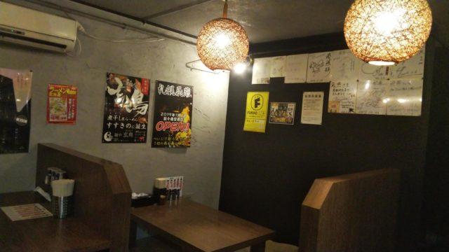 テーブルと飾られた色紙やポスター