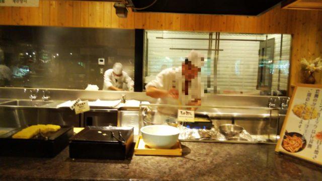 だし巻玉子を焼く料理人