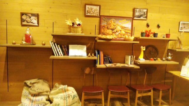 パンや絵や本が飾られている棚