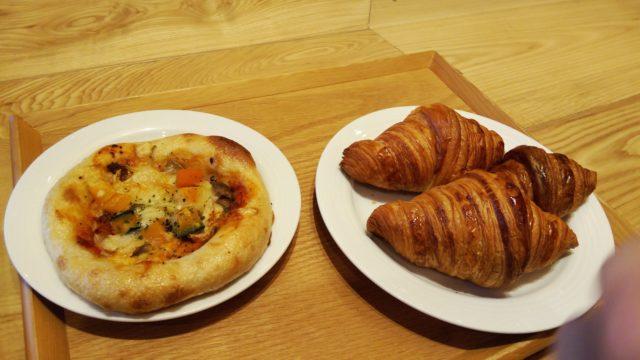 クロワッサン3つと秋野菜のピザ