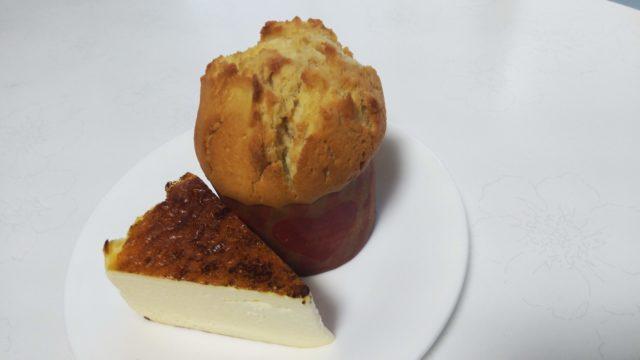 バスクチーズケーキと栗のマフィンをのせた皿