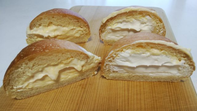 半分に切ったクリームパン2種