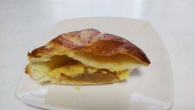 アップルパイを半分に切ったところ