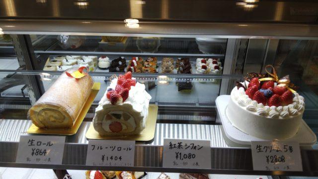 ショーケースのロールケーキ2種とデコレーションケーキ