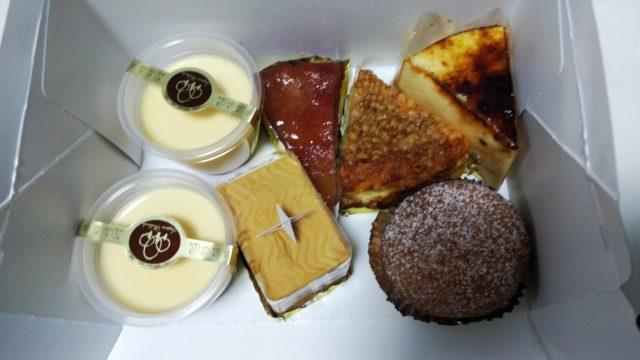 箱に入ったケーキ4種とプリン2個とシュークリーム