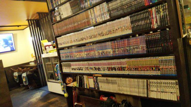 漫画が詰まった本棚