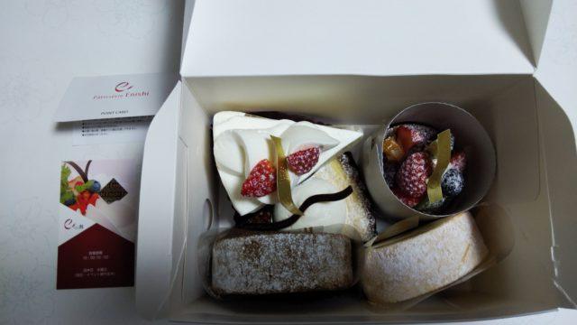 箱に入ったケーキ5つとショップカードとポイントカード
