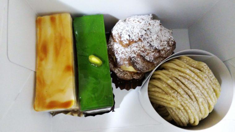 箱に入ったケーキ3個とシュークリーム1個