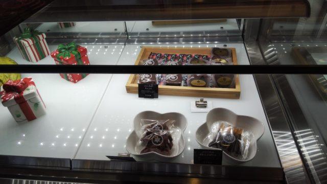 チョコレートの焼き菓子とクリスマスプレゼントの箱3つ