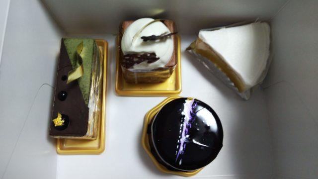箱の中のケーキ4つ