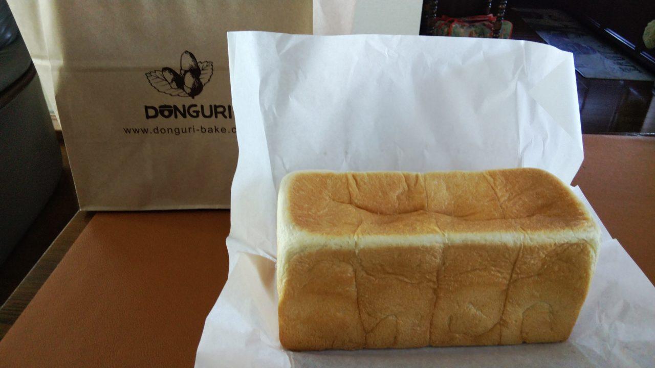 どんぐりの食パンと紙袋