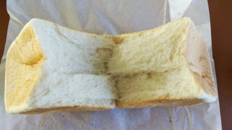 食パンを半分にちぎったところ