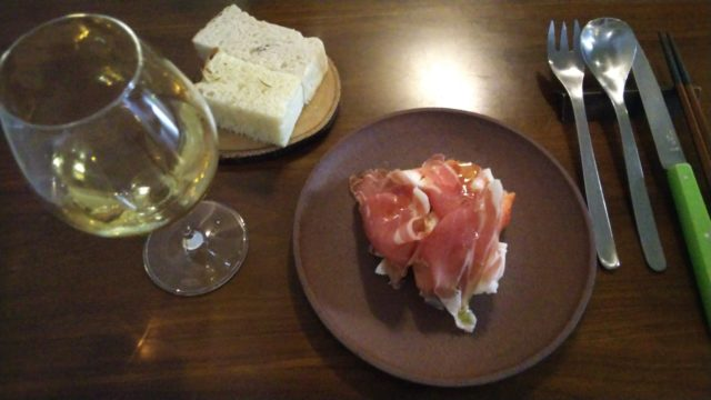 ワイングラスと生ハムとモッツァレラチーズ