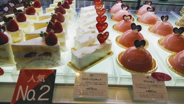 ショーケースのケーキ3種