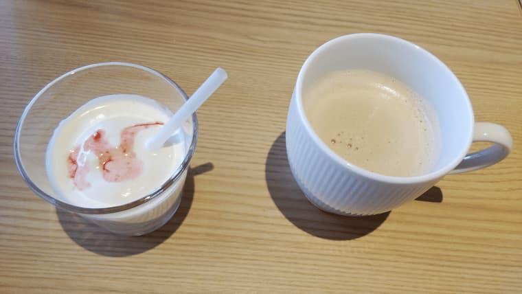 飲むヨーグルトとカフェオレ