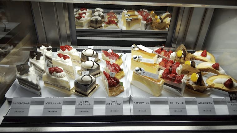 ショーケース内のケーキ