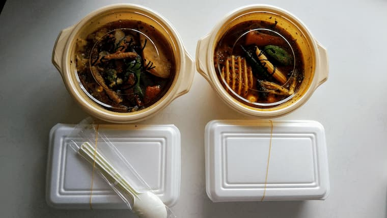 デリバリー容器に入ったスープカレー