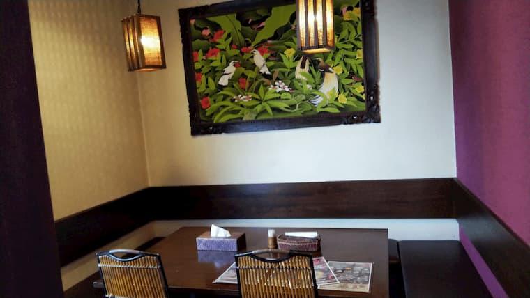 店内の絵画とテーブル