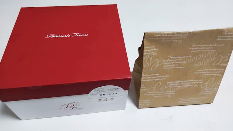 ケーキの箱と焼き菓子の紙袋
