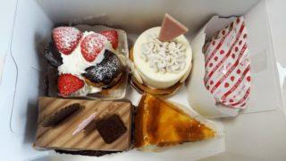 箱に入ったケーキ4個