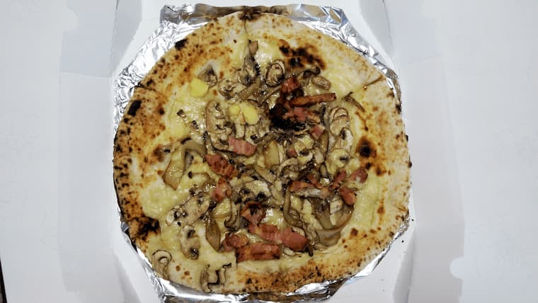 贅沢きのことベーコンのピザ