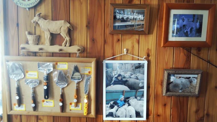 壁の写真とチーズナイフ