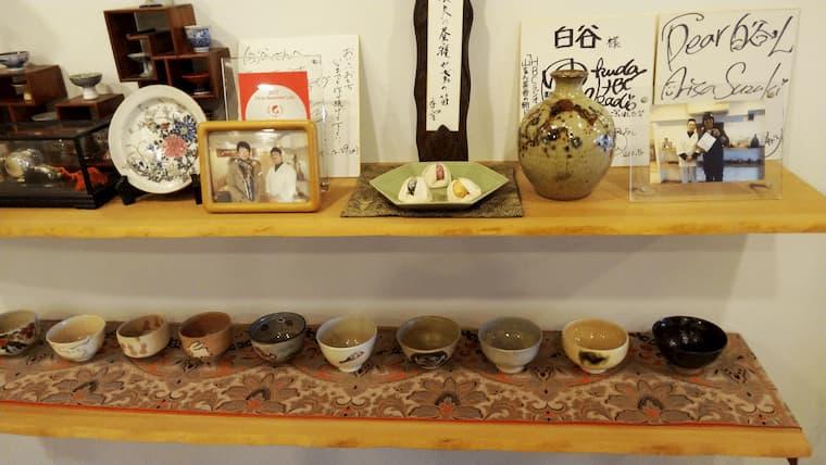 飾り棚の色紙や茶わん