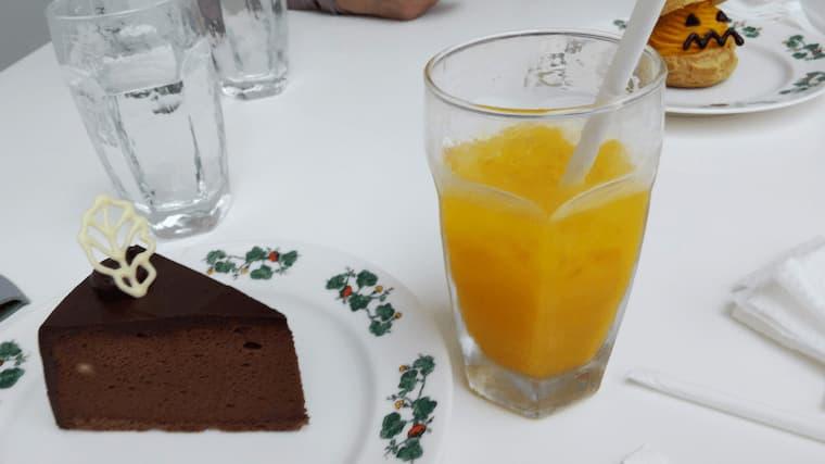 チョコレートケーキとみかんジュース