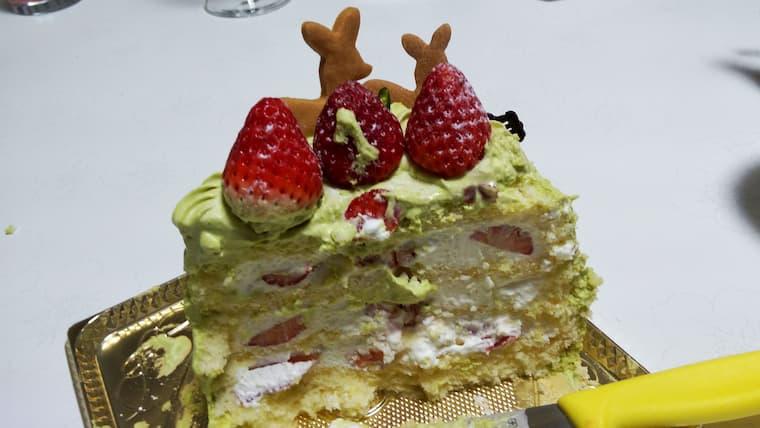 半分に切ったクリスマスケーキ