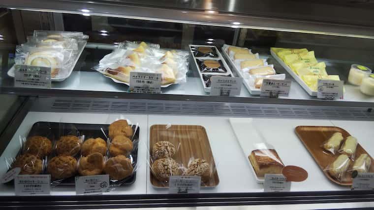 ショーケース内のシュークリームやケーキ